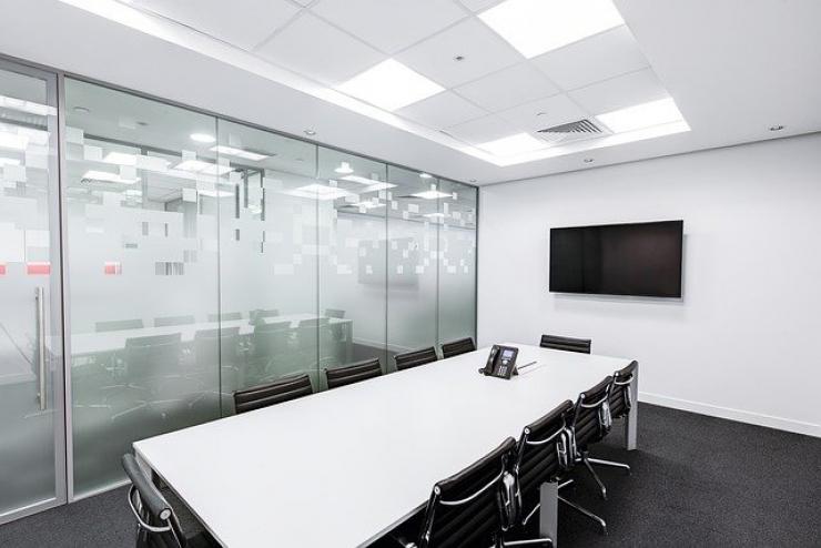 Installer des vitres pour cloisonner les espaces de son entreprise